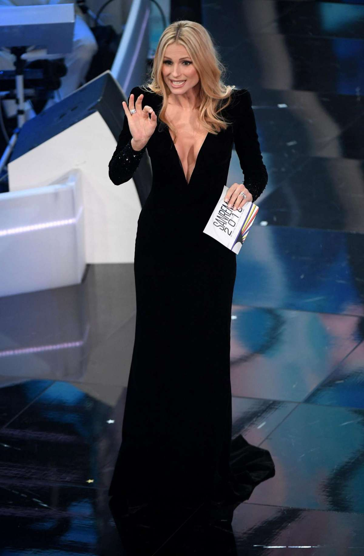Il primo abito di Michelle Hunziker a Sanremo 2018