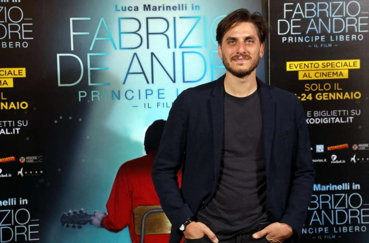 Luca Marinelli è Fabrizio De Andrè