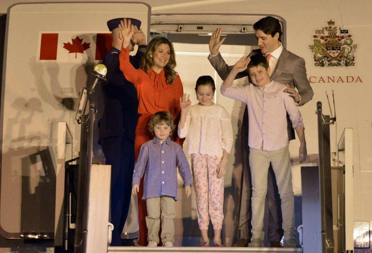 Saluti e sorrisi per i Trudeau a New Delhi