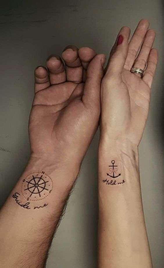 Tatuaggio di coppia ancora e bussola