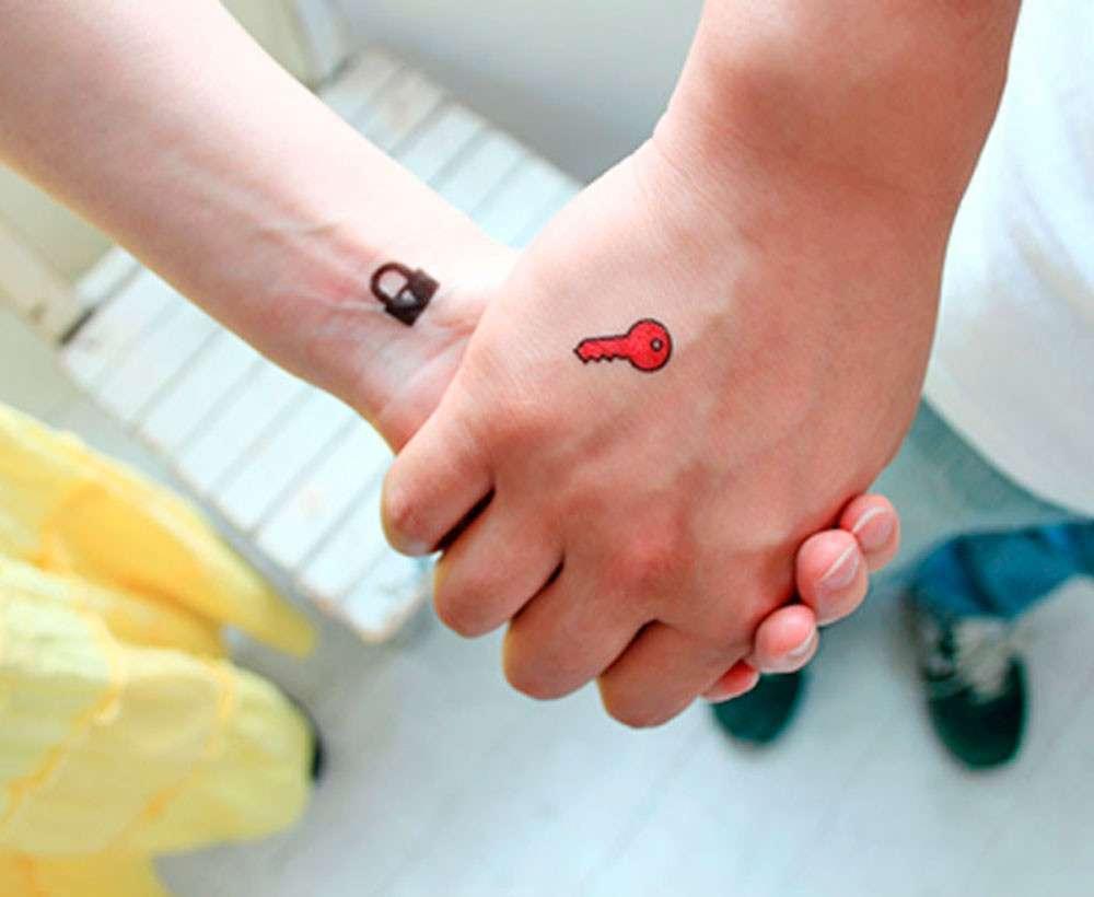 Tatuaggio di coppia chiave e lucchetto