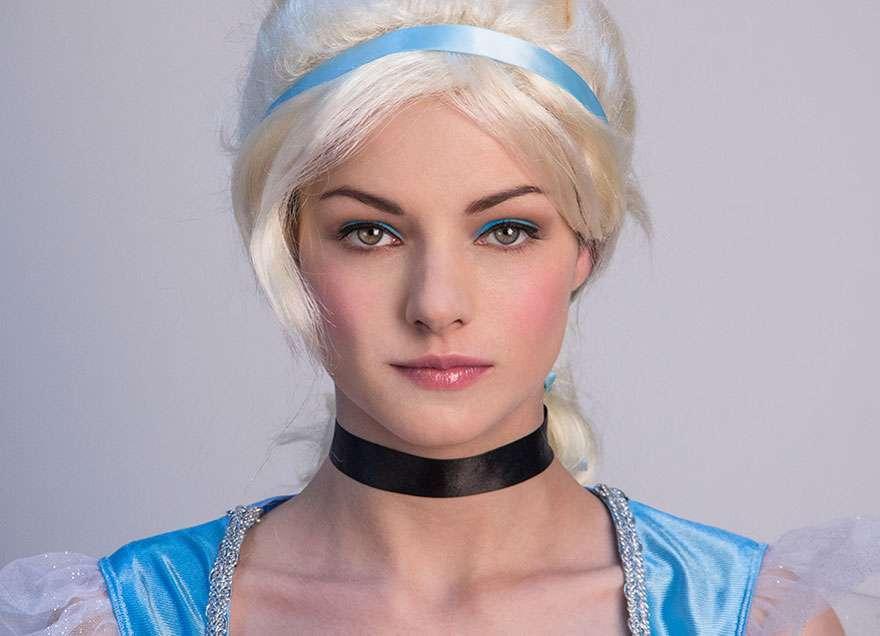 Trucco da Cenerentola con eyeliner azzurro