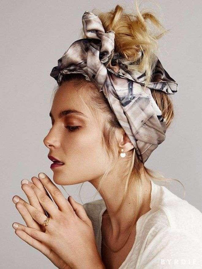 Acconciatura capelli raccolti con foulard
