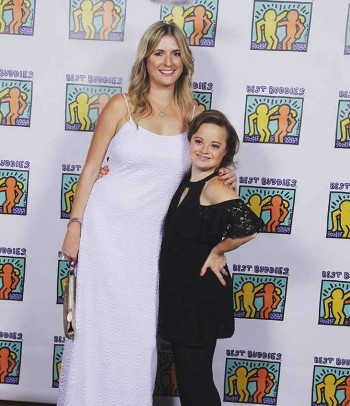 Katie Meade con un membro del team di Beauty & Pin-Ups