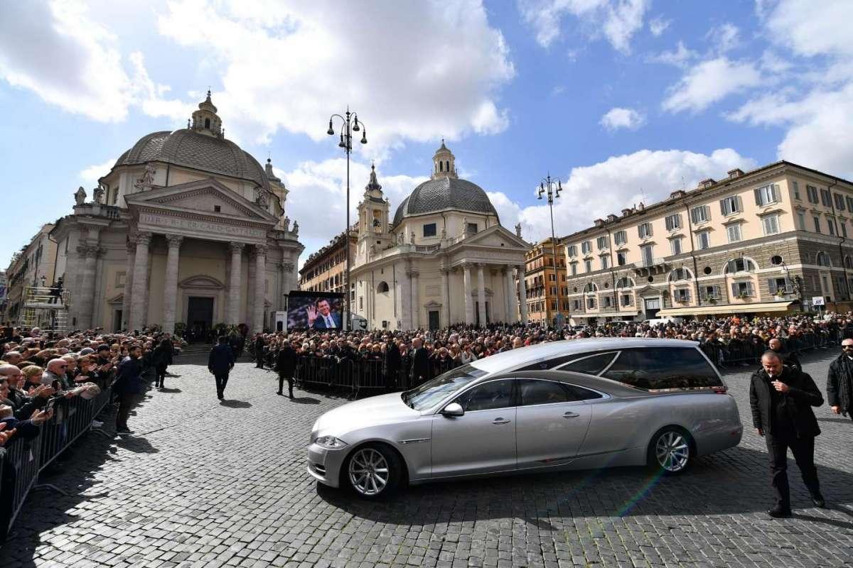 L'arrivo del carro funebre in Piazza del Popolo