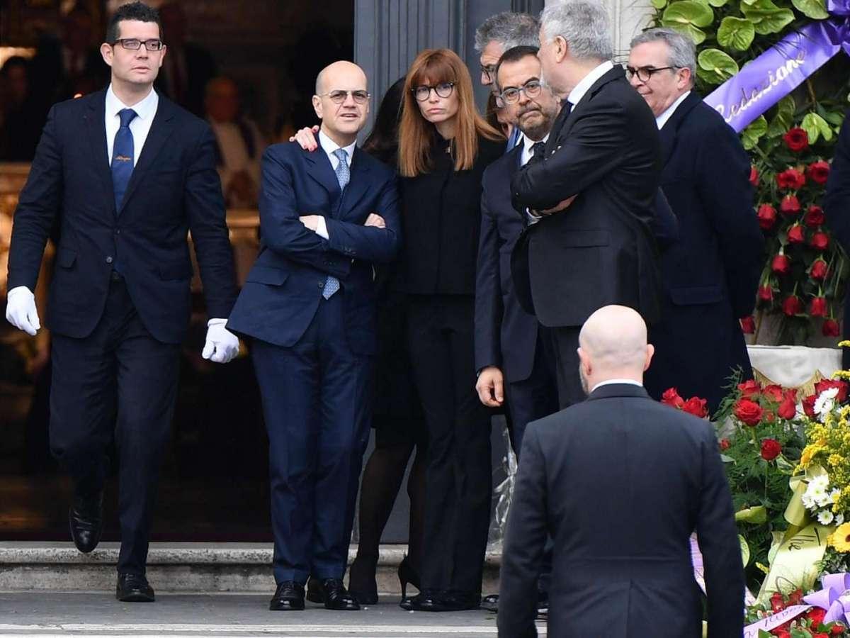 L'attesa di Carlotta Mantovan per l'ultimo saluto a Fabrizio Frizzi