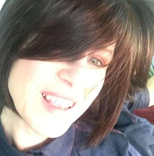Carla cambia colore ai capelli