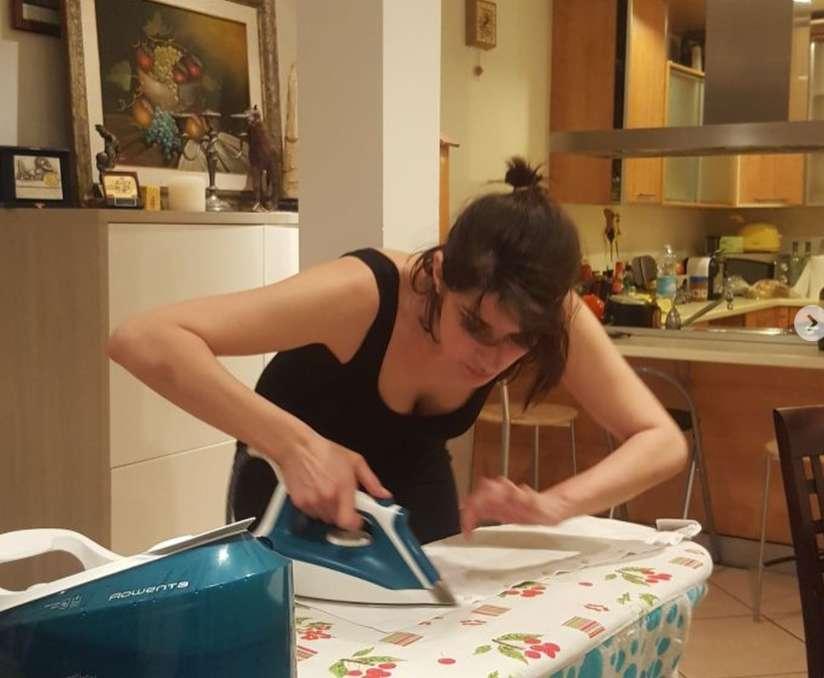 Elisa Isoardi stira la camicia di Matteo Salvini: ironia sul web