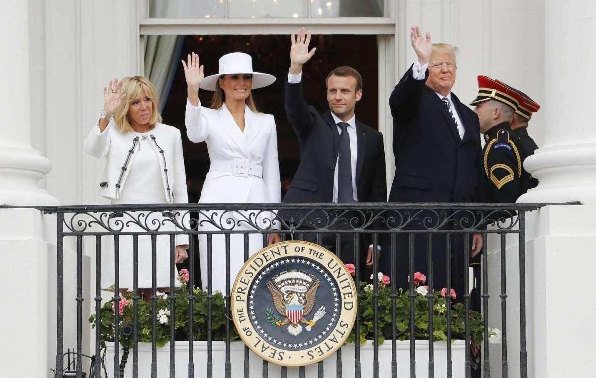 I Trump e i Macron salutano dal balcone della Casa Bianca