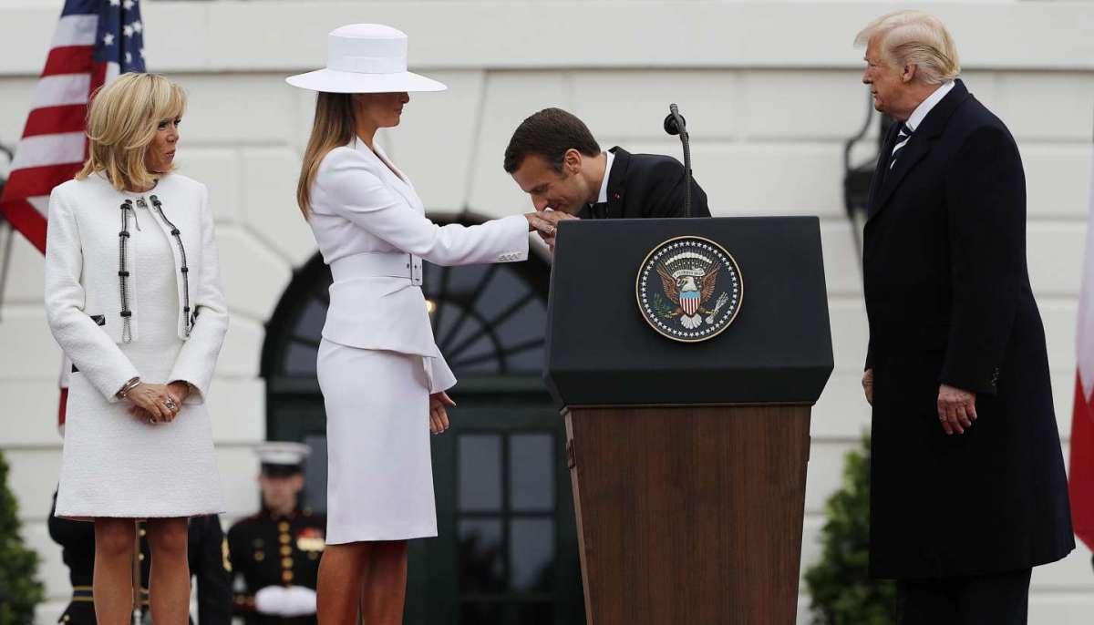 Il baciamano di Macron