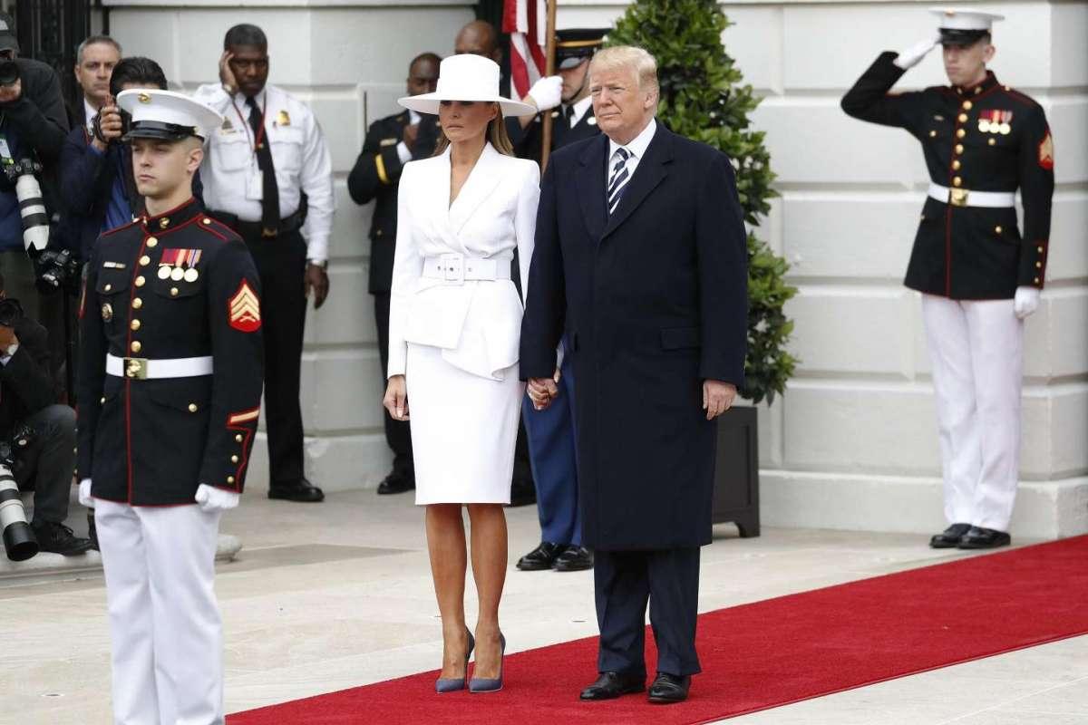 Melania Trump in bianco in attesa di incontrare il Presidente francese e la moglie Brigitte