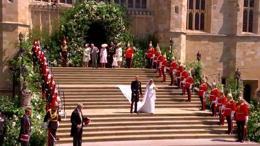 Gli sposi scendono le scale