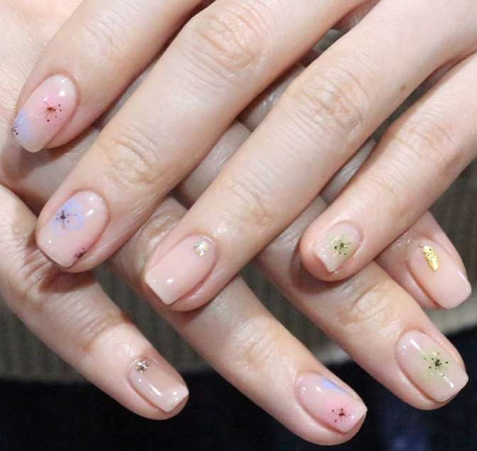 Nail art a fiori colori pastello