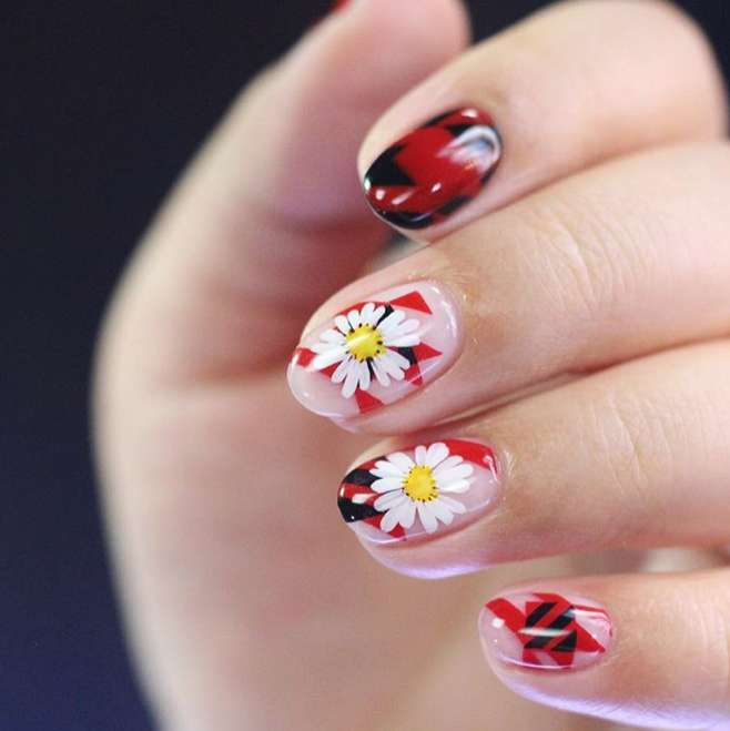 Nail art a fiori con margheritine