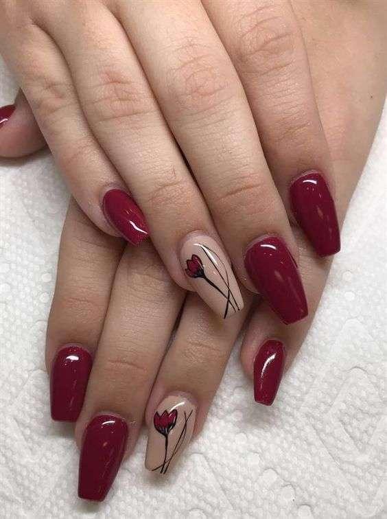 Nail art a fiori in rosso e rosa