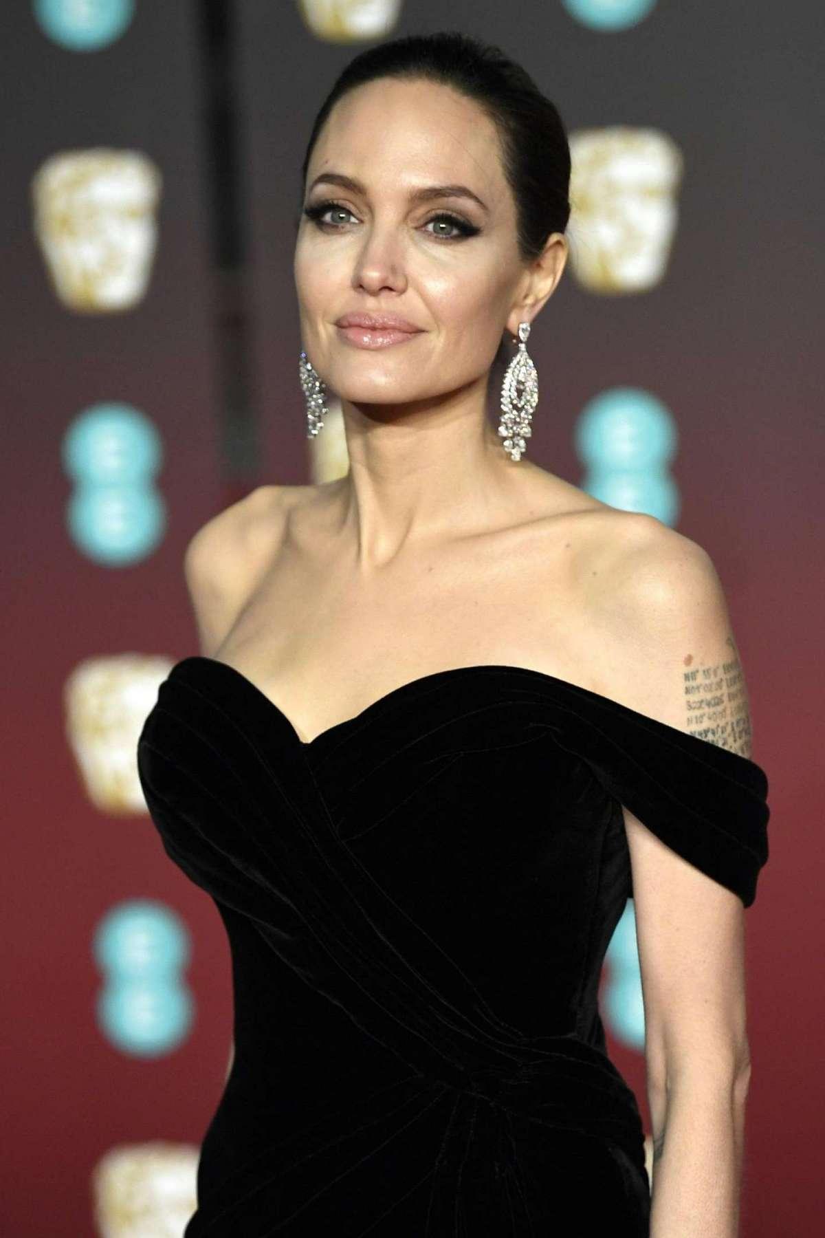 La Jolie con un abito nero