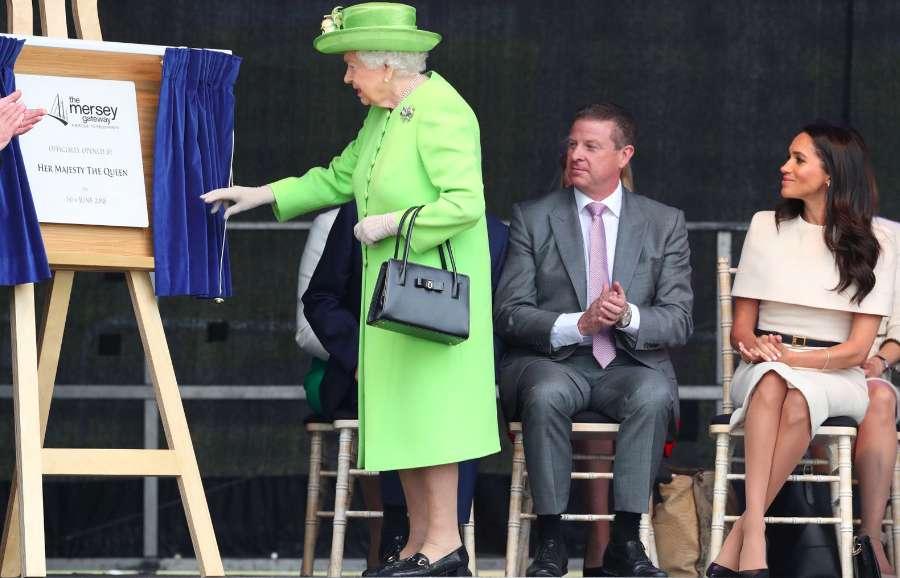 La regina all'inaugurazione del ponte