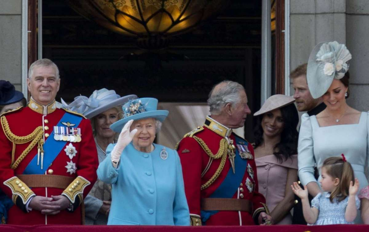 La regina Elisabetta saluta i sudditi