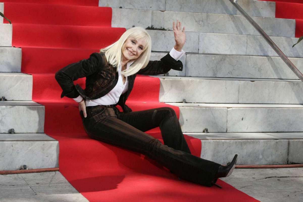 Raffaella seduta sugli scalini