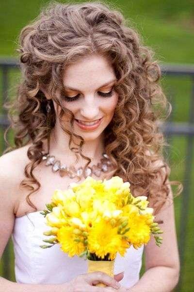 Sposa con capelli lunghi e ricci al naturale
