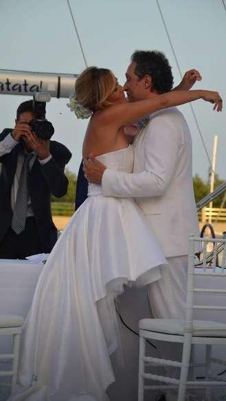 Claudio e Francesca si baciano