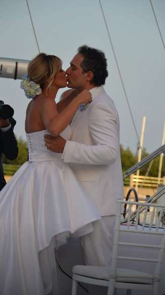 Il bacio di Claudio Santamaria e della giornalista
