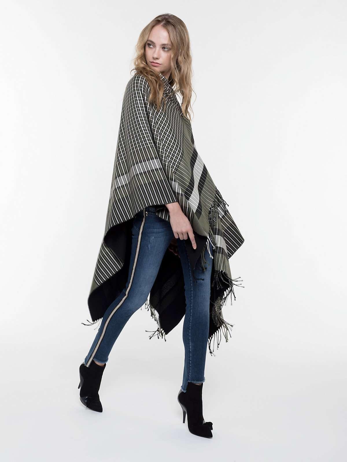 Mantella in lana a 248 euro