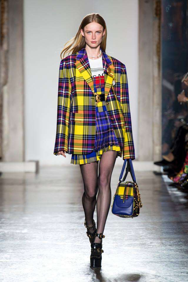 Look tartan Versace
