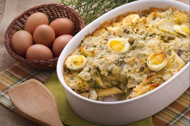 pasta al forno con patate, piselli e carciofi