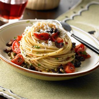 Pasta piccante con peperoncino, capperi e olive