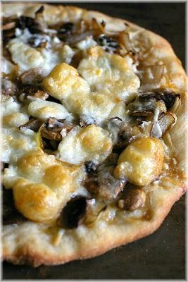 Pizza con cipolle e stracchino