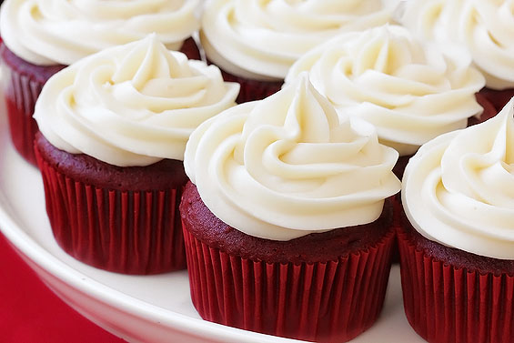 red velvet cupcake con. frosting formaggio