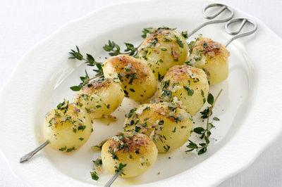 Spiedini di patate novelle con il prezzemolo