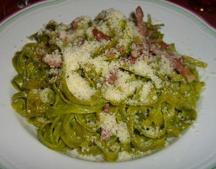 Tagliatelle verdi con panna e pancetta