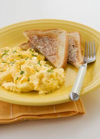 toast con uova strapazzate