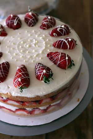 Torta facile con fragole e panna
