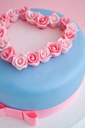 torta rivestita in fondant con cuore di rose 1
